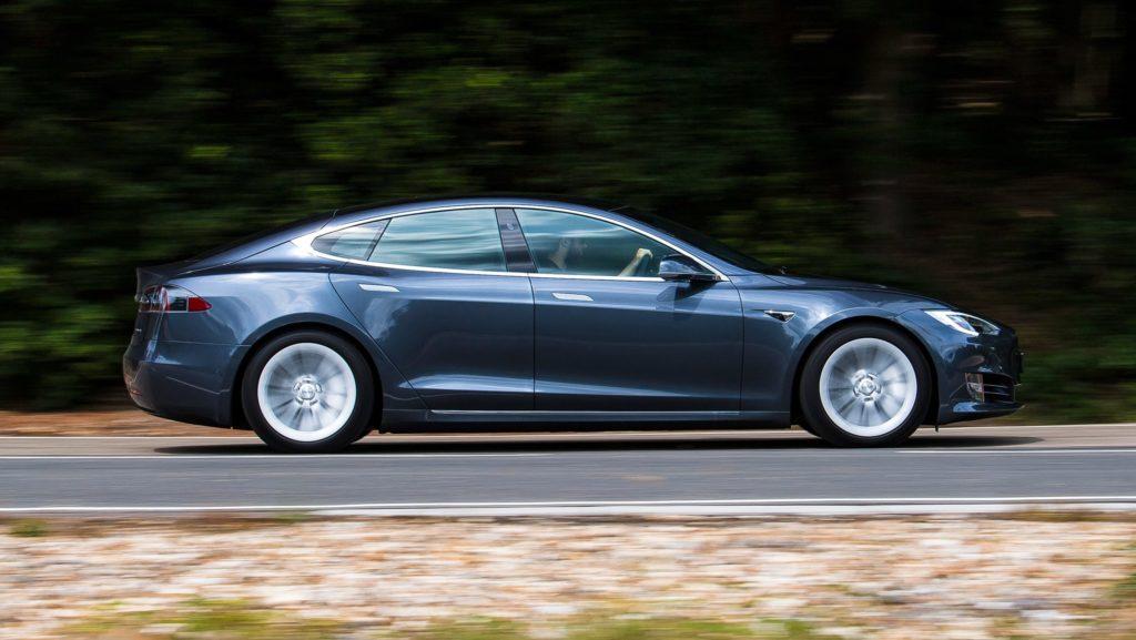 Tesla Model S - вид сбоку