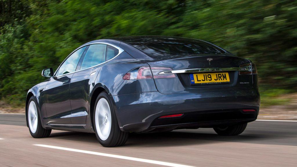 Tesla Model S - вид сзади